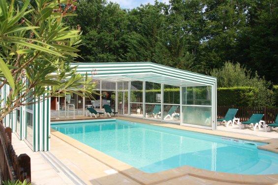 Grande piscine extérieure couverte