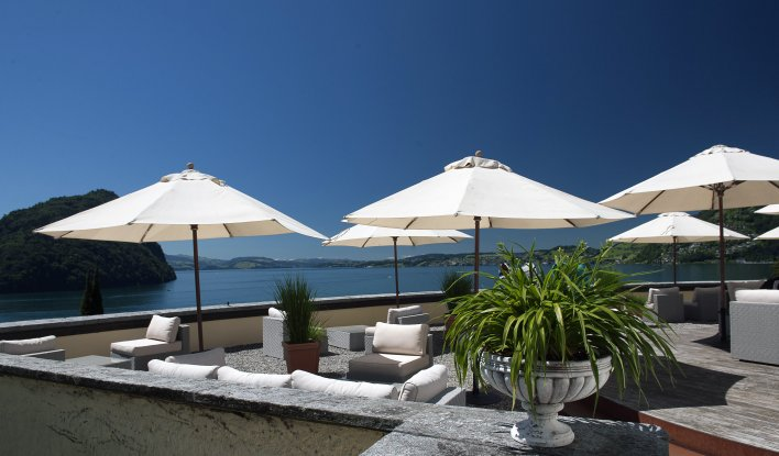 Terrasse ensoleillée avec parasols