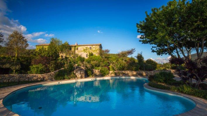 Grande piscine dans le parc d'un château