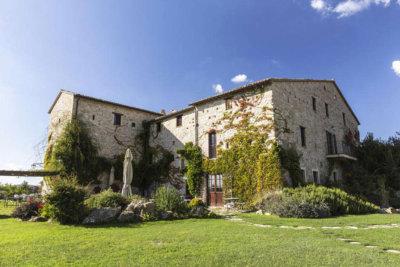 façade d'un château avec étendue d'herbe