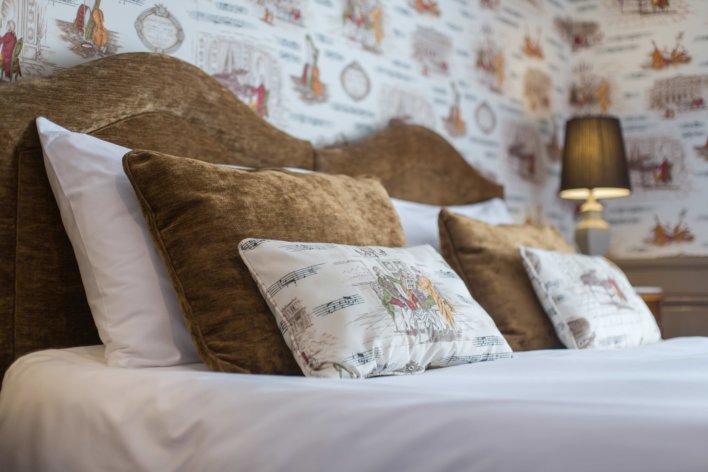 tête de lit avec plusieurs oreillers blanc et marron