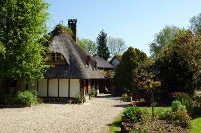 Chaumière typique avec toit de chaume