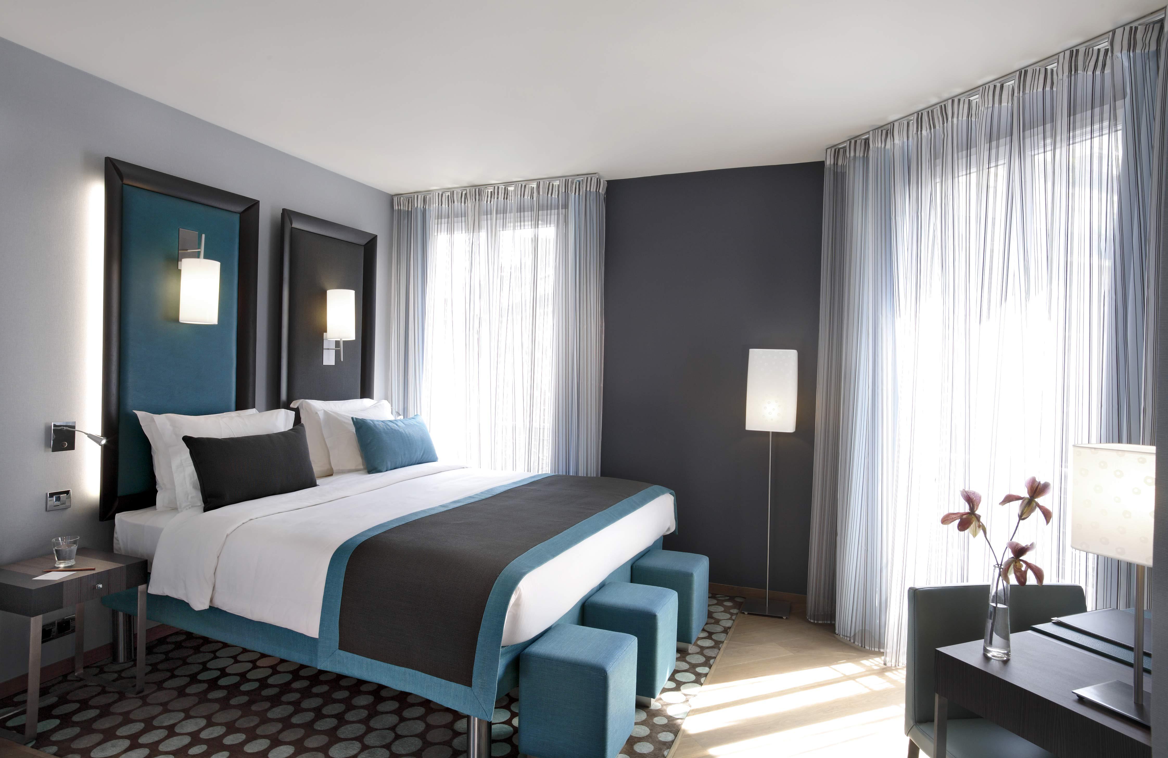 Chambre lit double décoration bleu, noir et blanc