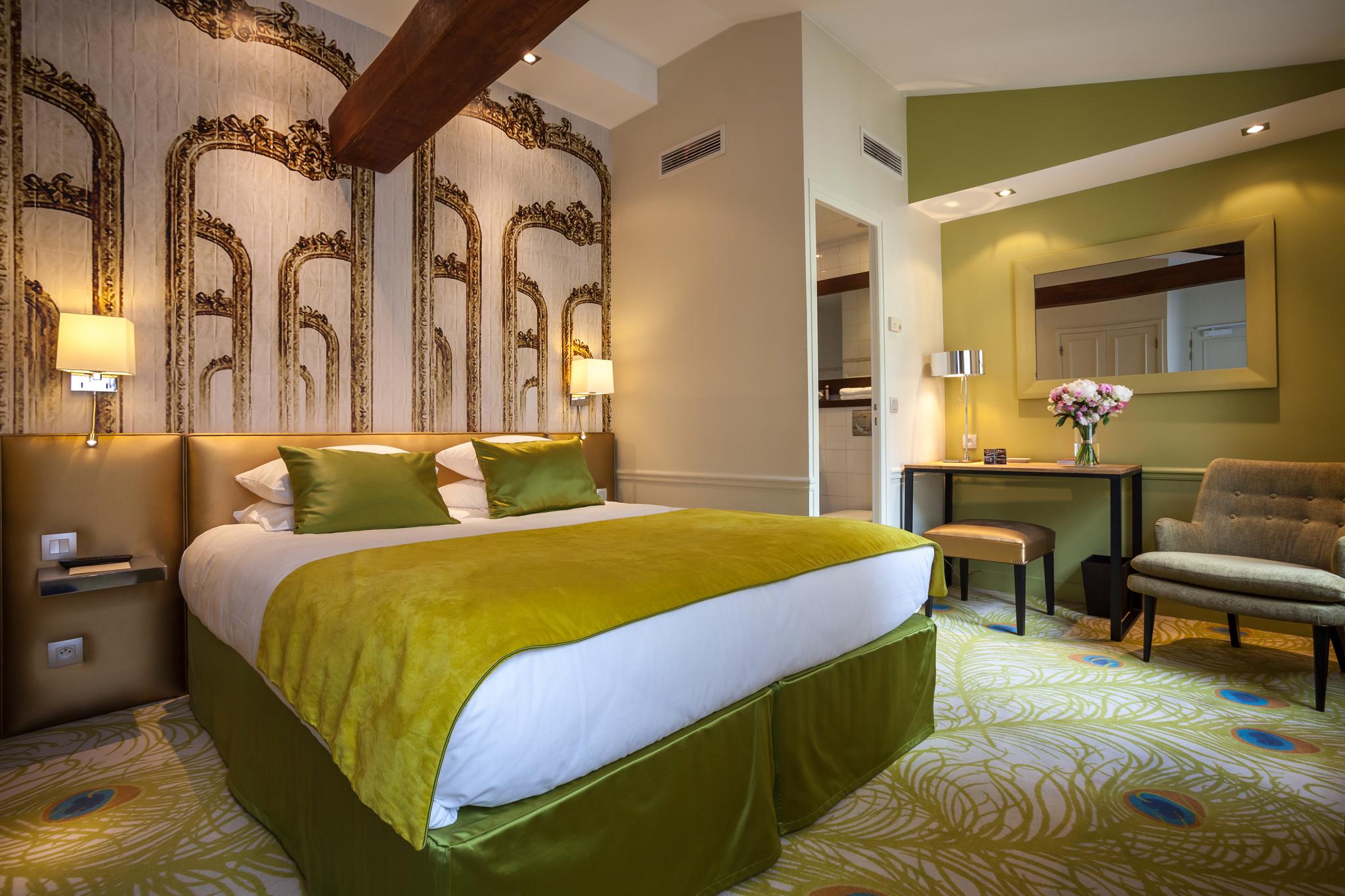 Chambre lit double décoration verte et dorée