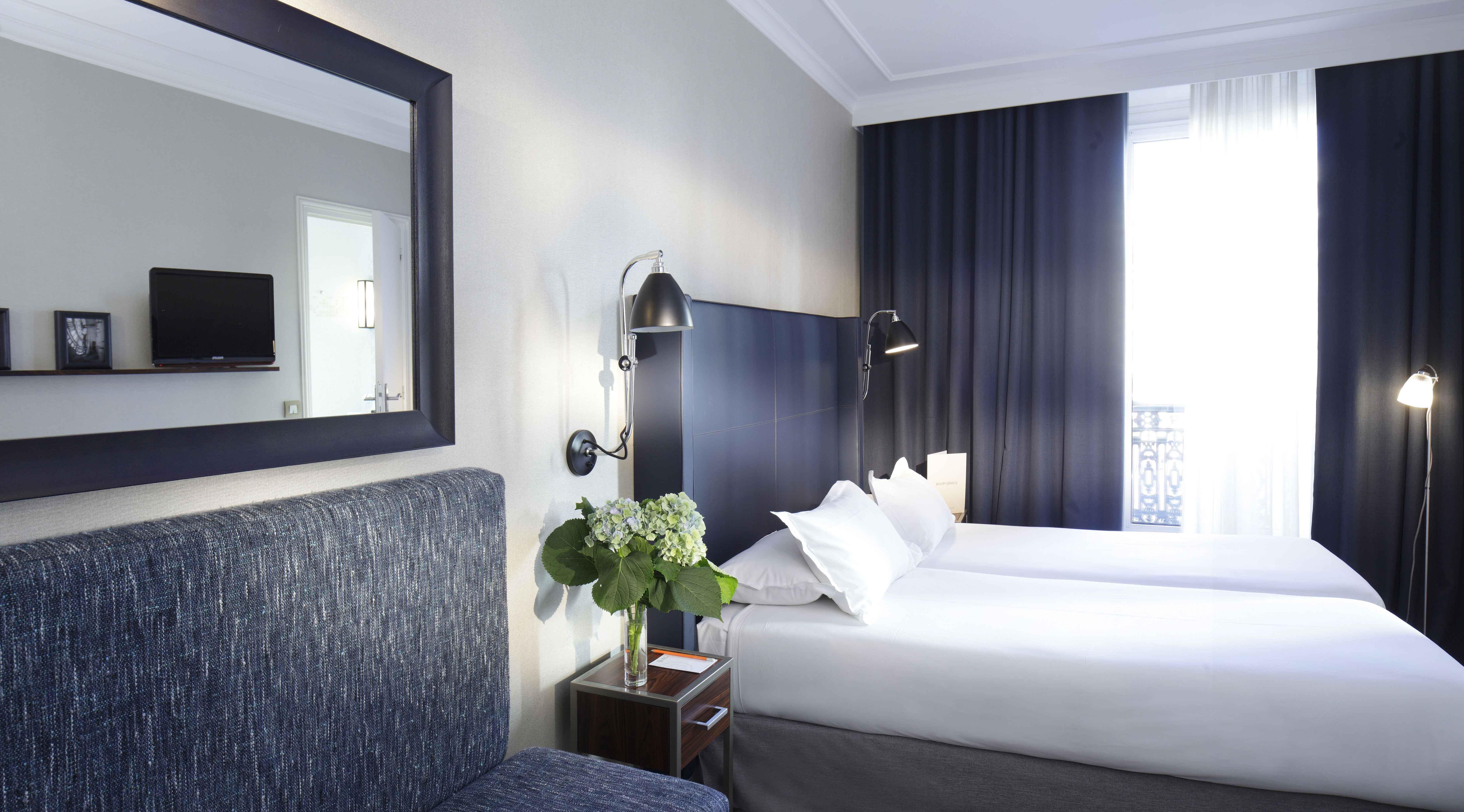 lit double rideau et tête de lit gris