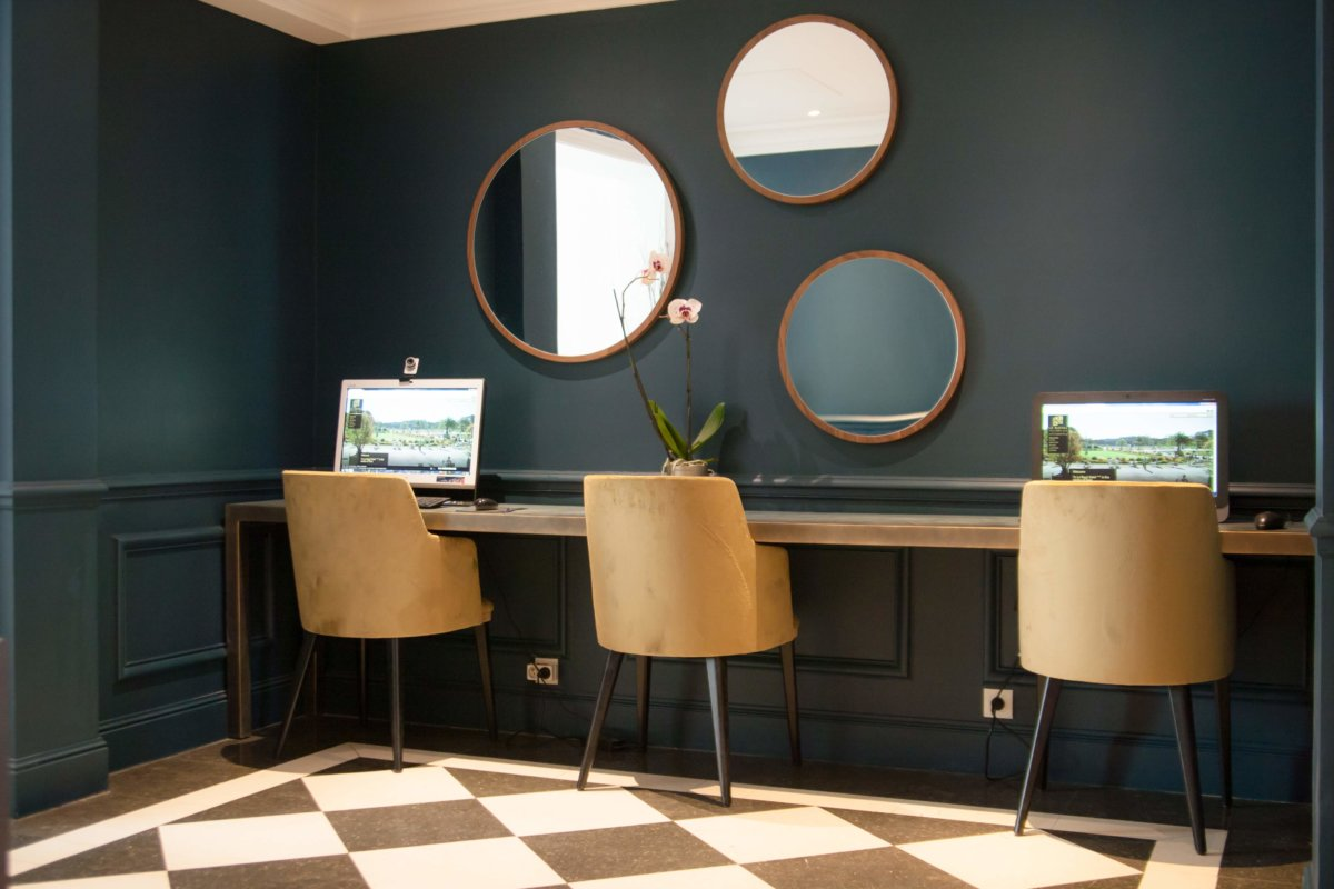 Tablette murale avec trois chaises et miroir disposé contemporain mur bleu pétrole