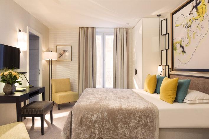 Chambre lit double décoration jaune et taupe plus petit console en bois