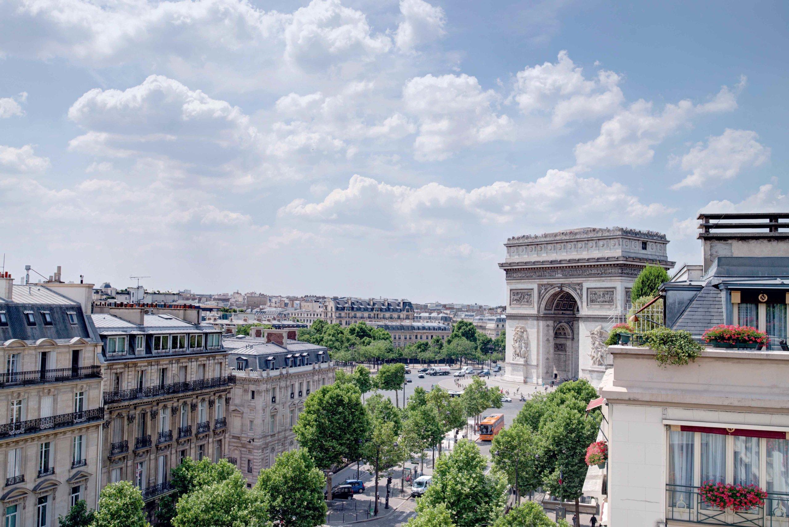 Vue d'une chambre sur l'Arc de Triomphe de la place de l'Étoile à Paris