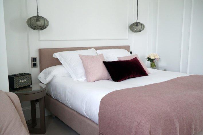 Tête de lit suspension boule et linge de lit rose, prune et blanc