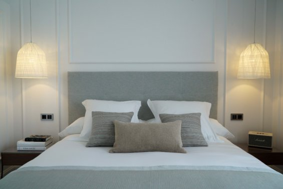tête de lit coussin vert amande, beige et blanc