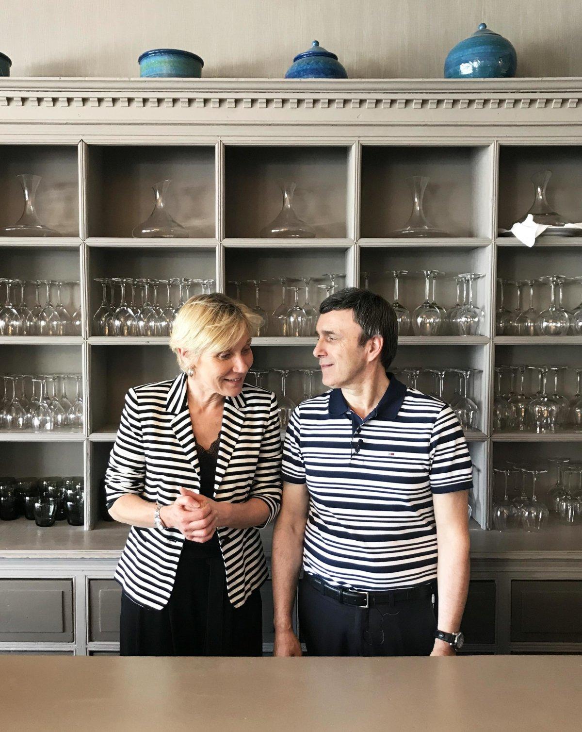 photo femme et homme devant bibliothèque de vaisselle, tous les deux en marinière