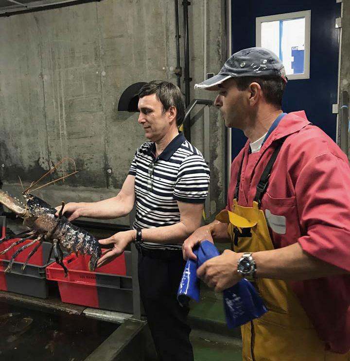 producteur et acheteur avec un homard