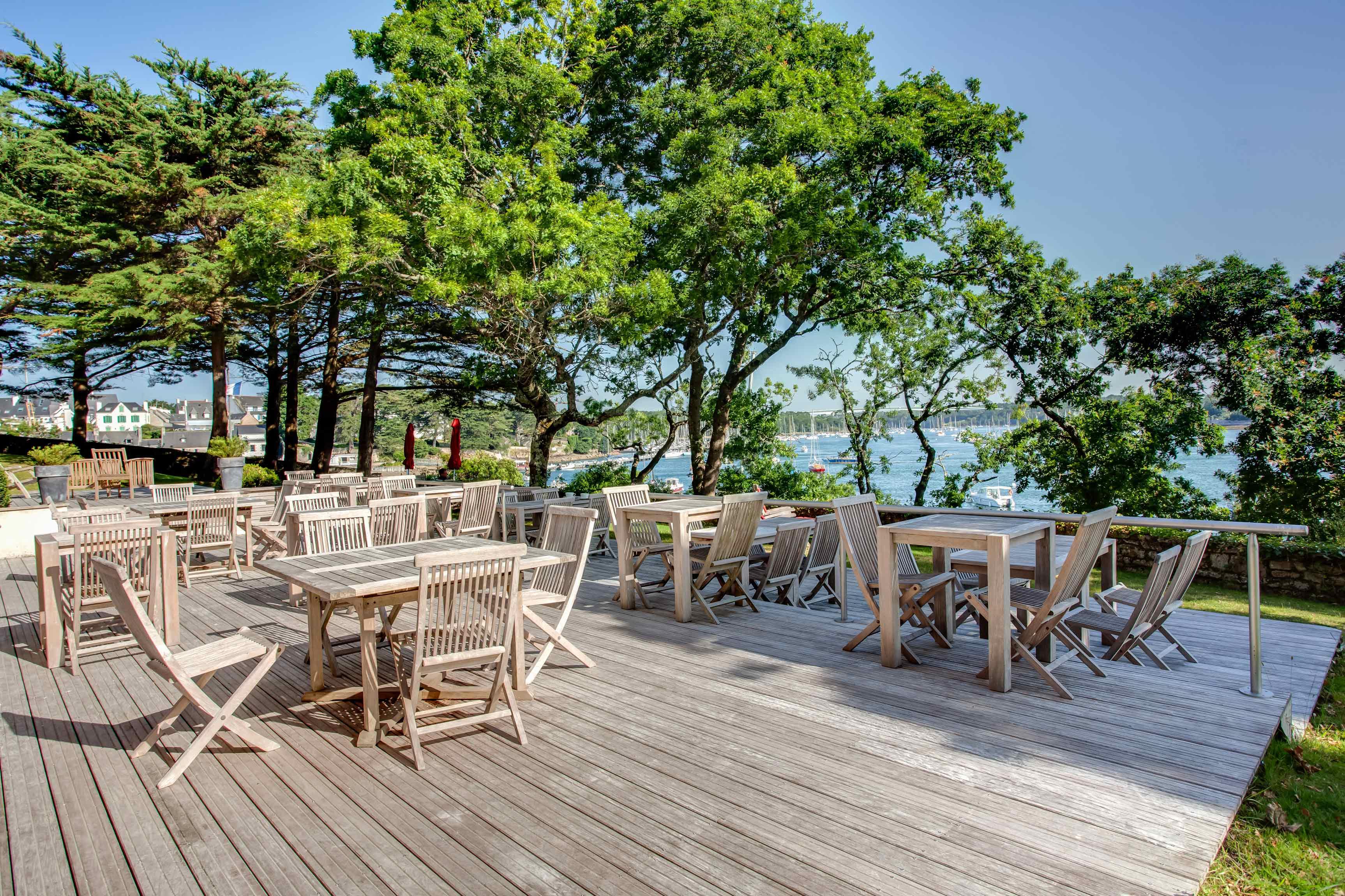 Terrasse en bois et meuble de terrasse en bois