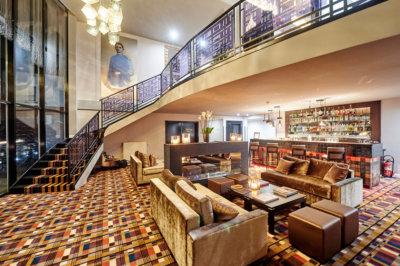 Hall d'un hôtel à Bruxelles avec bar en arrière-plan