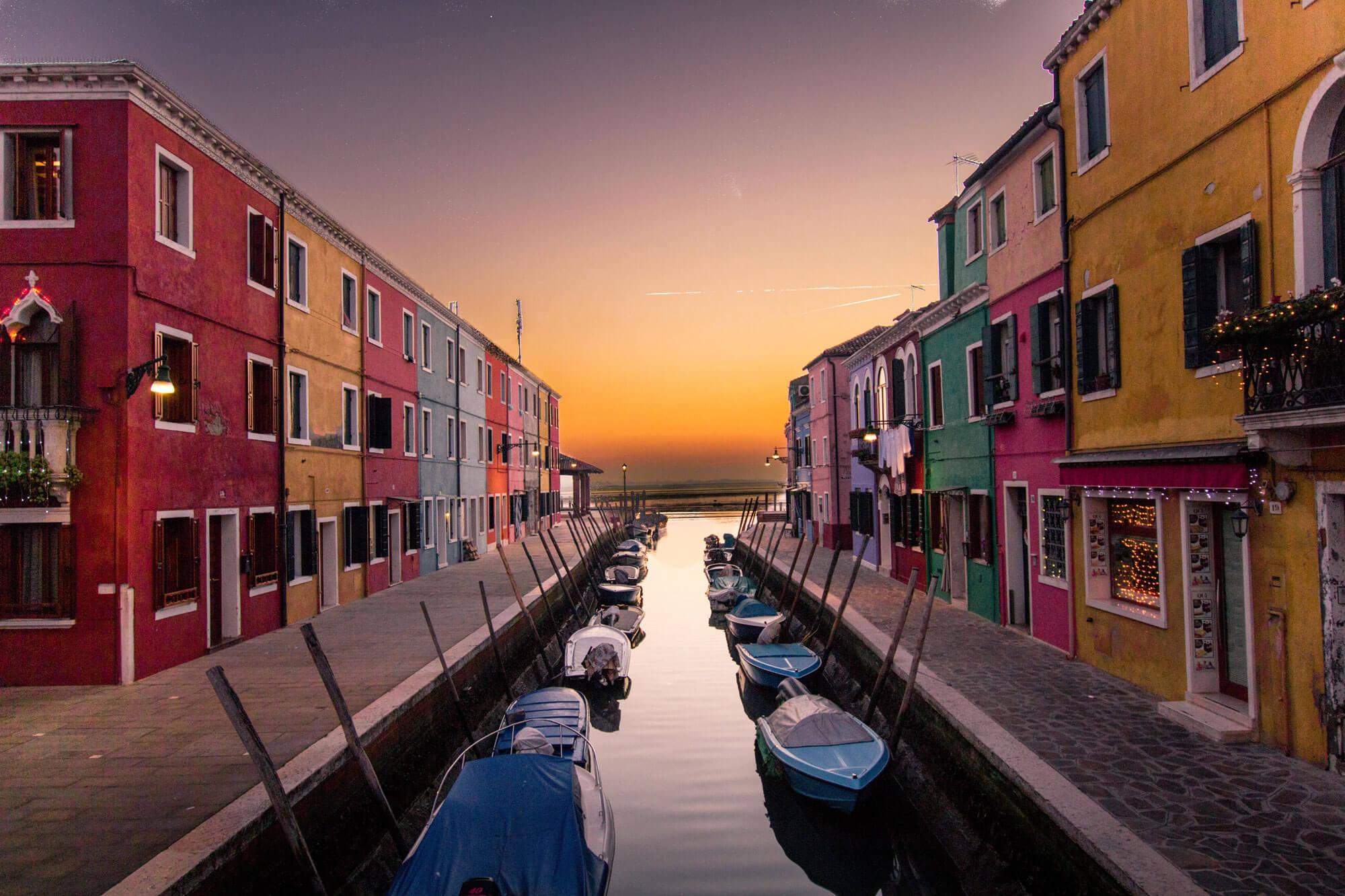 Canaux de Venise au soleil couchant.