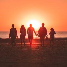 Coucher de soleil plage et famille