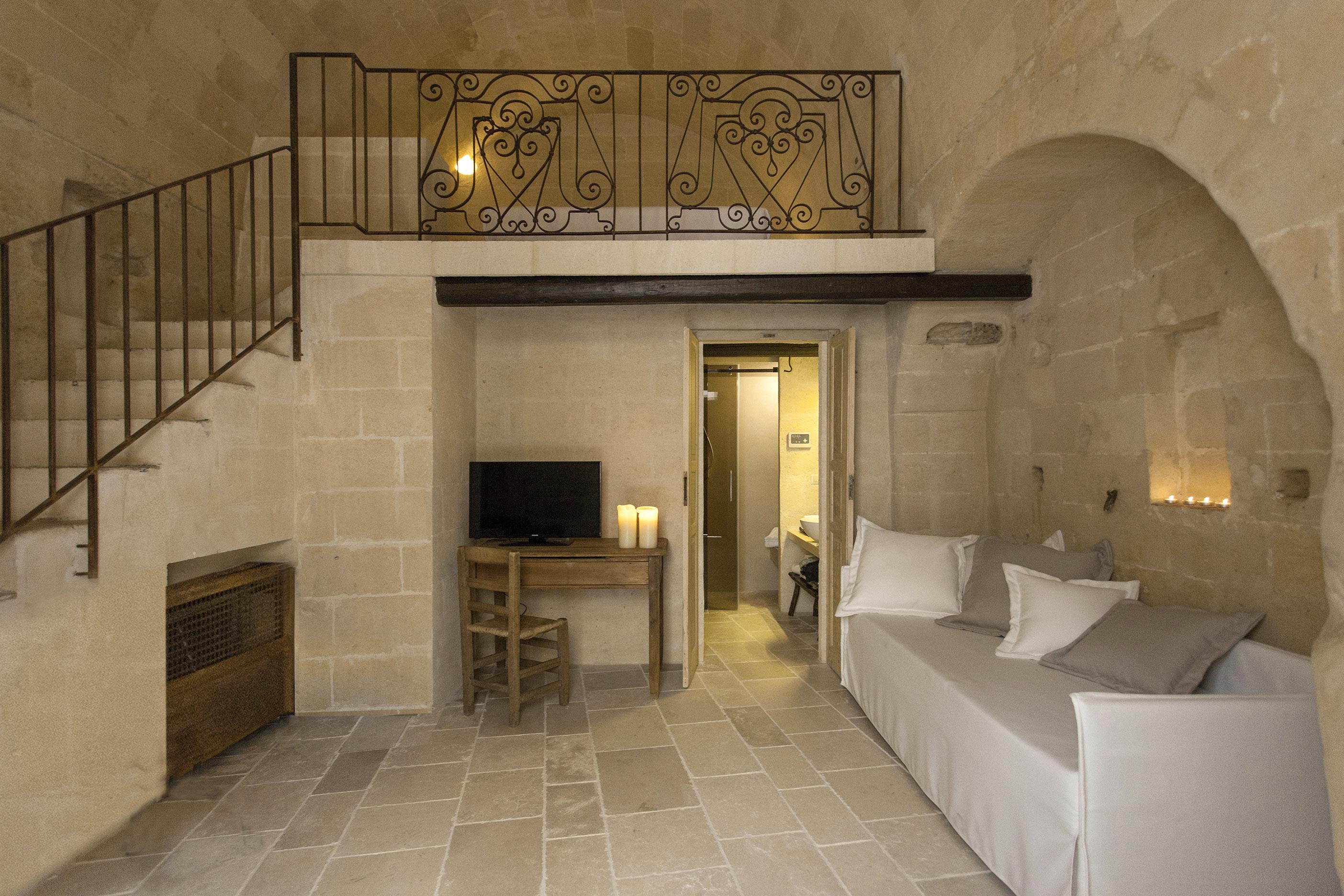Chambre mezzanine avec canapé blanc