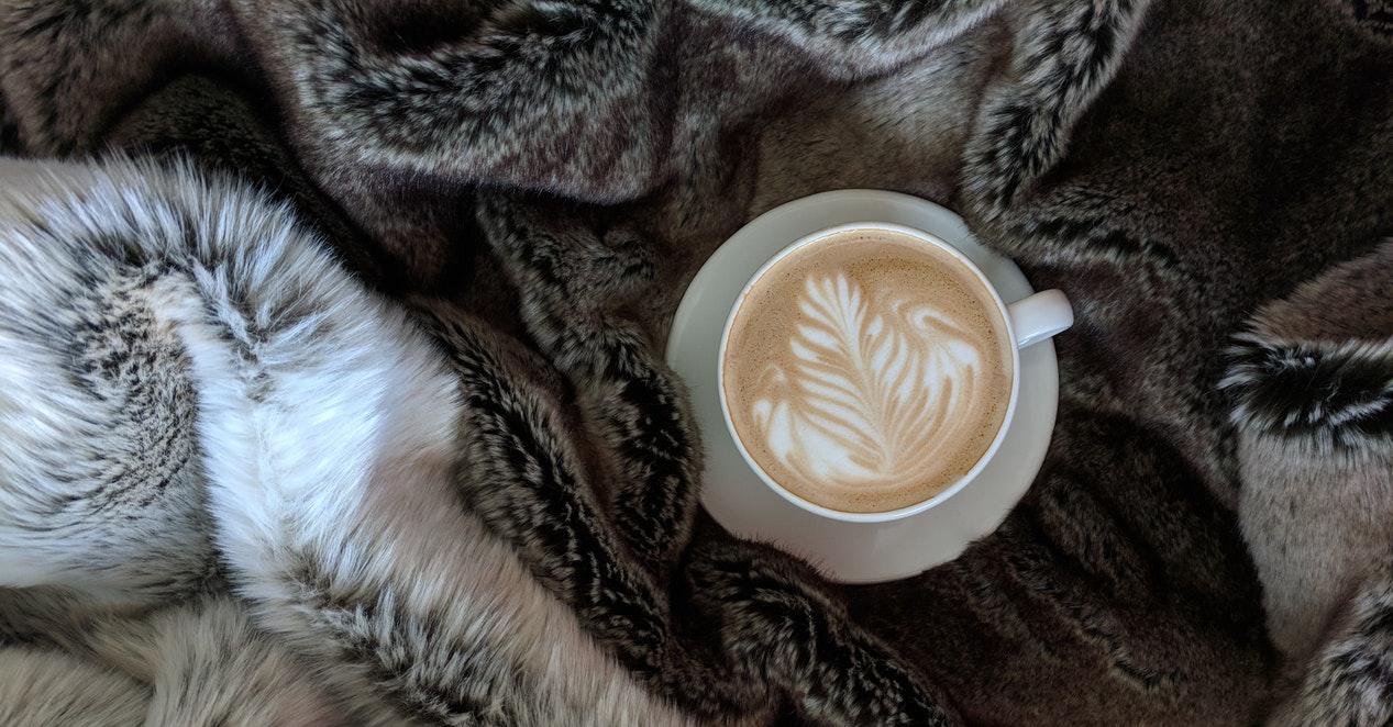 tasse de café et drap en fausse fourrure
