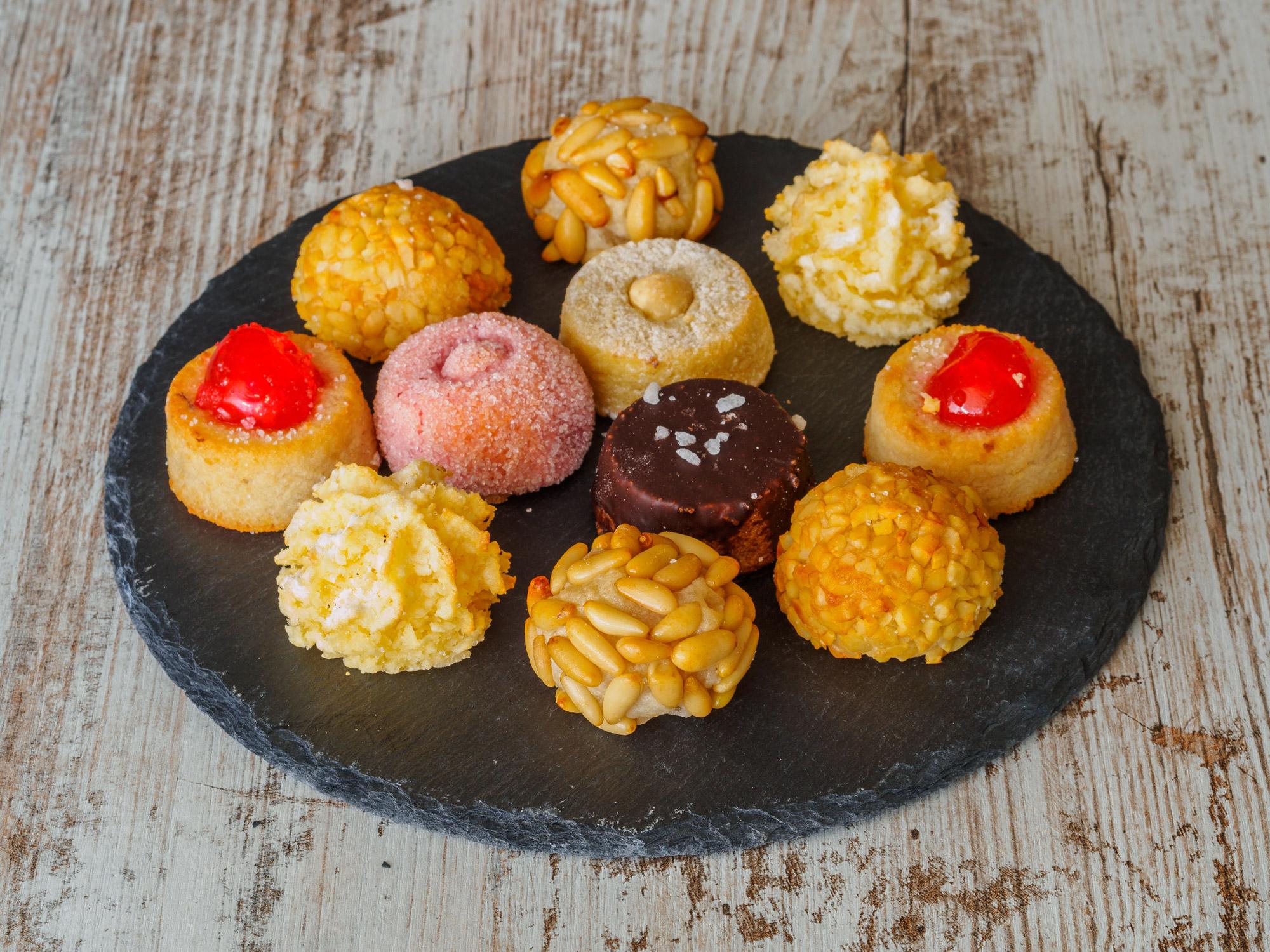Petites pâtisseries sucrées et colorées typiques de l'Espagne, à base d'amande, de châtaigne, de pignons.