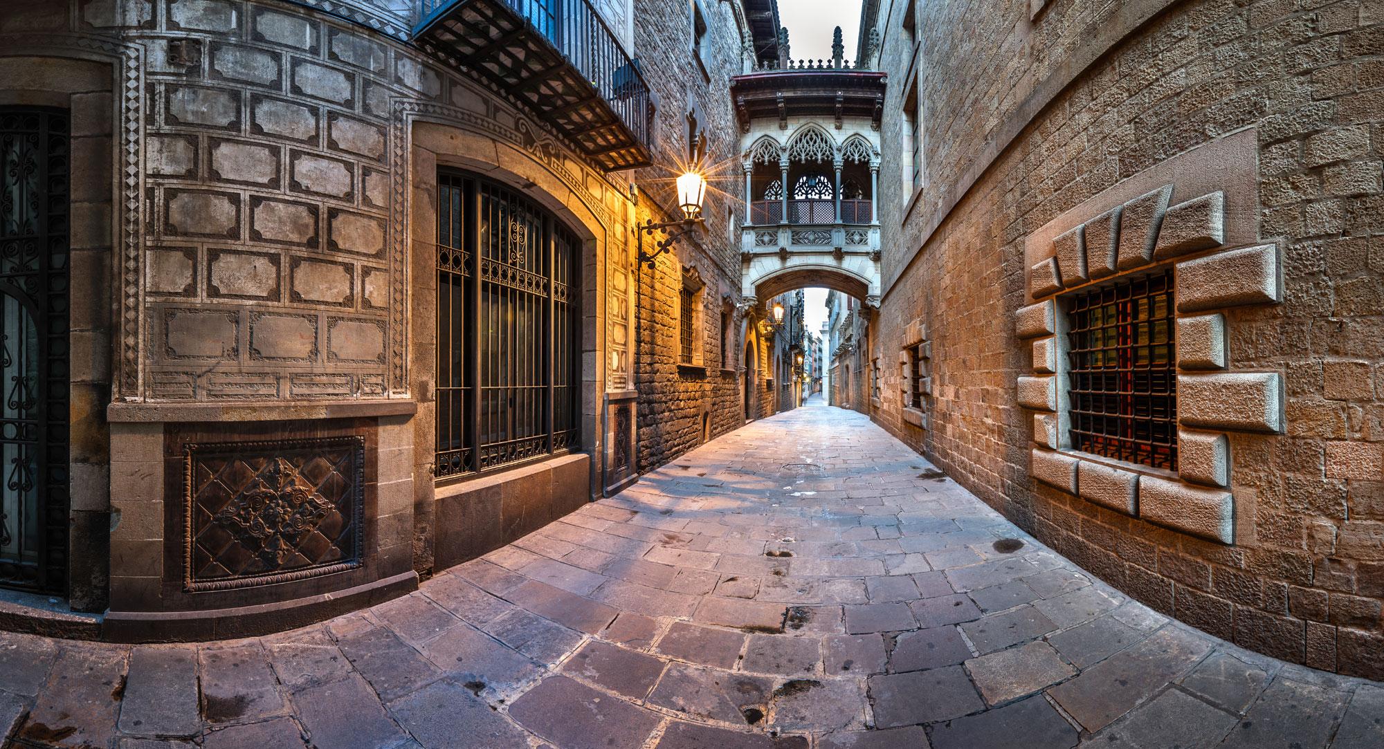 Rue avec pavés au sols et bâtiments en vieilles pierres caractéristique de Barcelone.