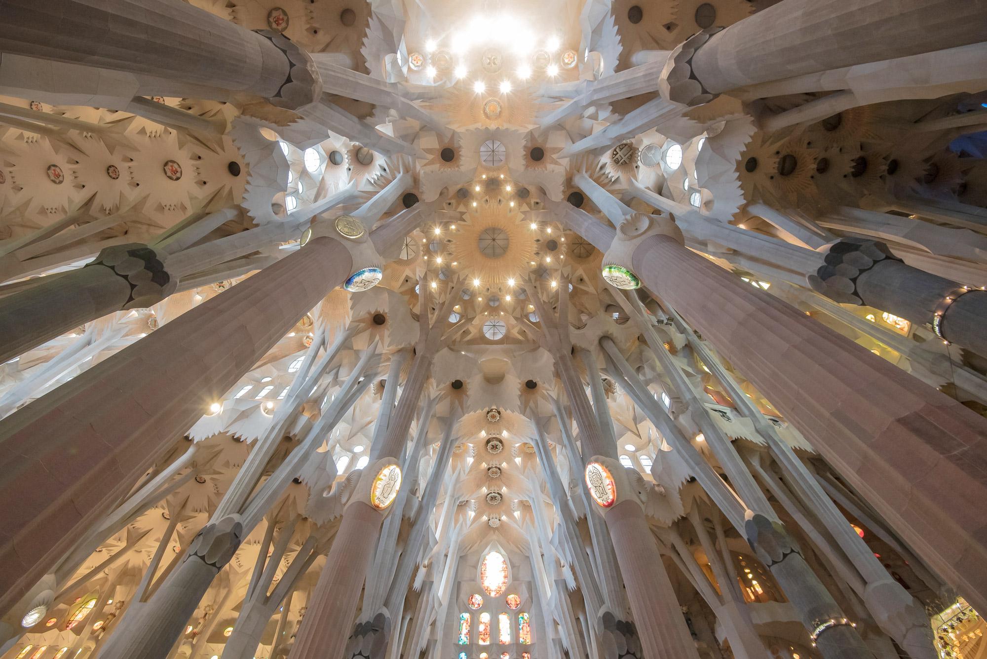 Architecture intérieure d'une cathédrale monumentale.