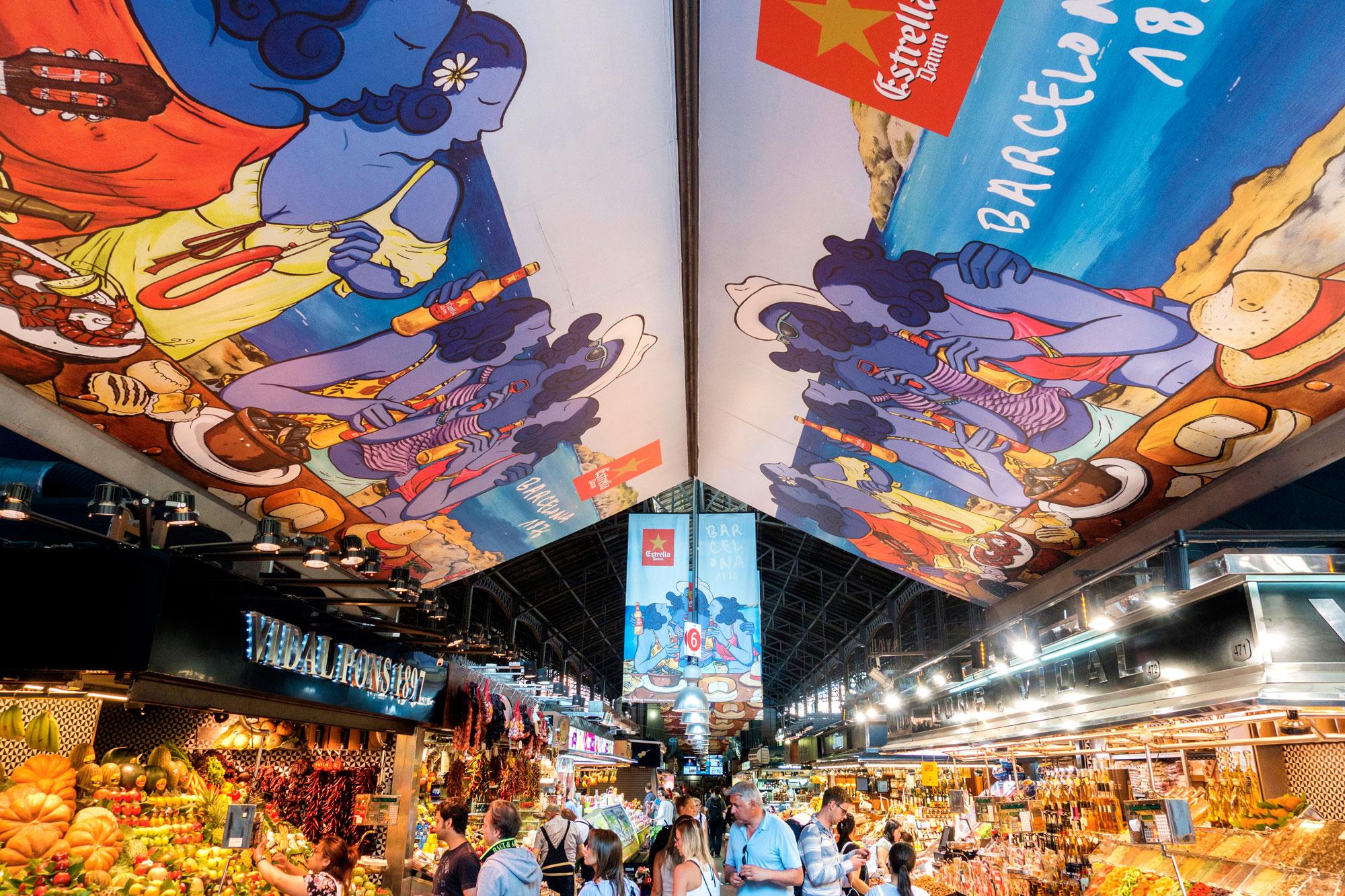 Vaste marché avec commerces de bouche installé sous des halles à Barcelone.