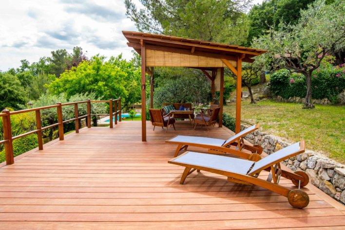terrasse en bois avec transats et salon de jardin