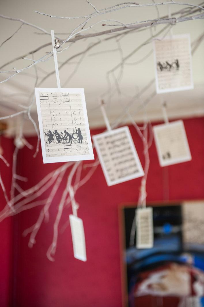 Élément de décoration avec carte et notes de musique suspendu au plafond