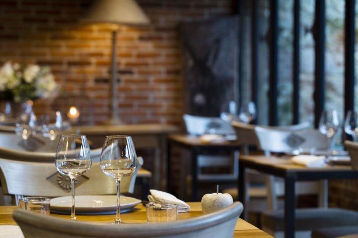 Photo détail d'une table dressée dans une salle de restaurant