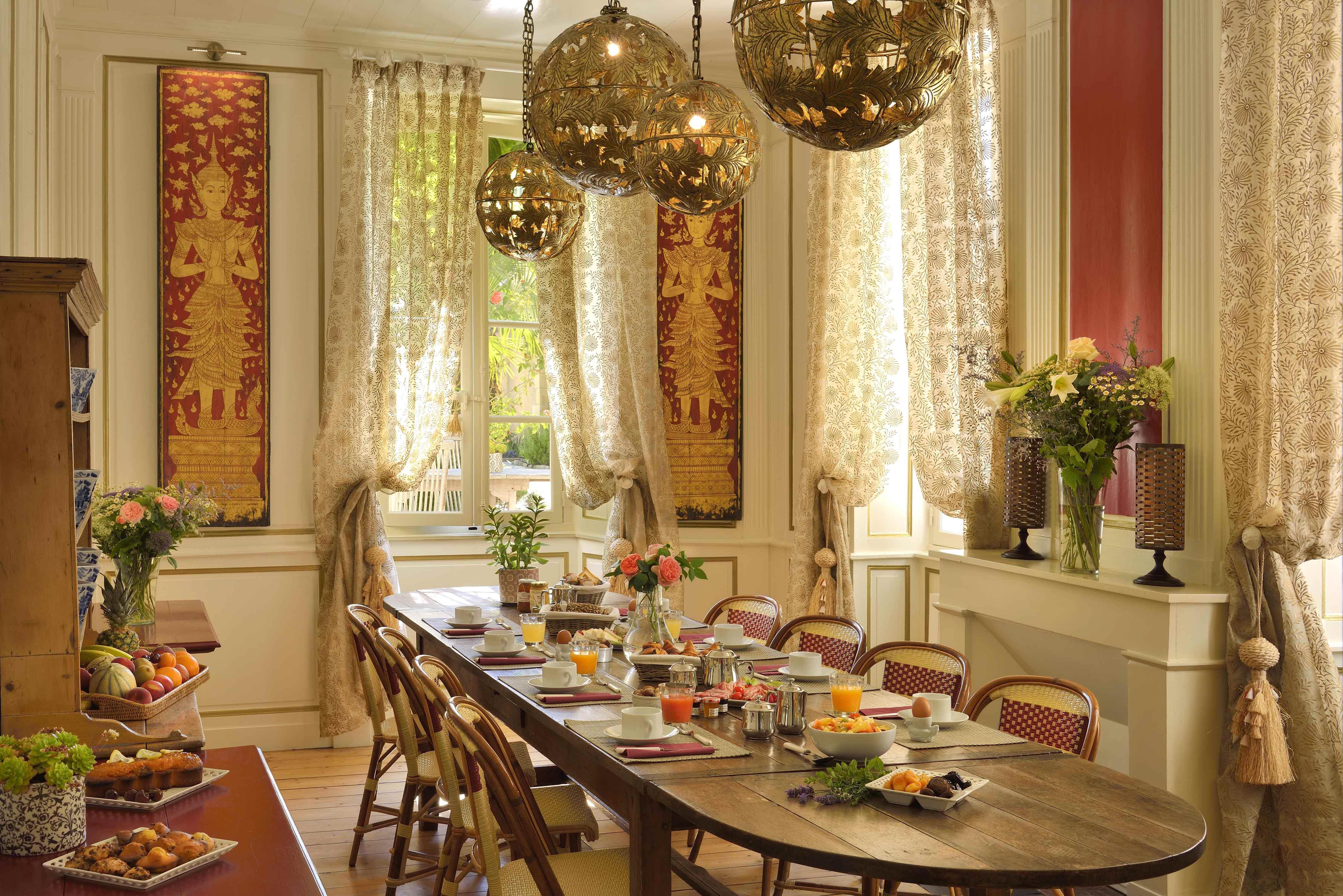 Grande table de petit-déjeuner