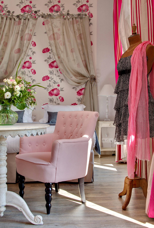 Chambre lit double, couleurs rose, buste couture, fauteuil capitonné rose