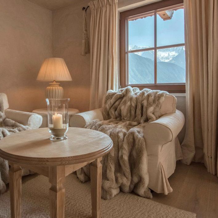 Fauteuils recouverts de couverture chaudes avec vue sur le montagne.