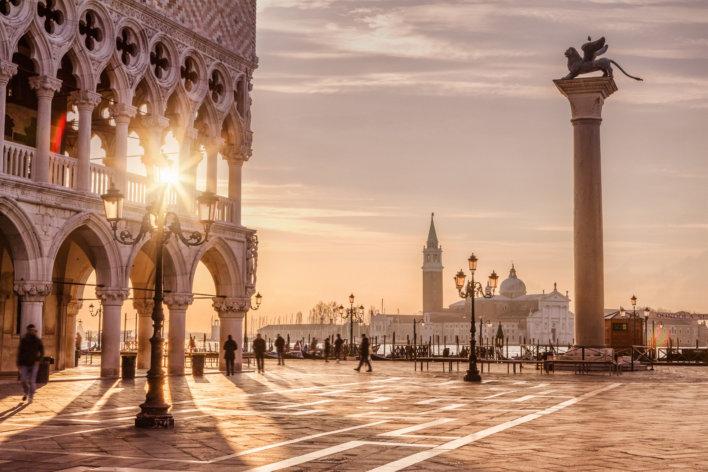Célèbre Place Saint-Marc à Venise avec quelques passants.