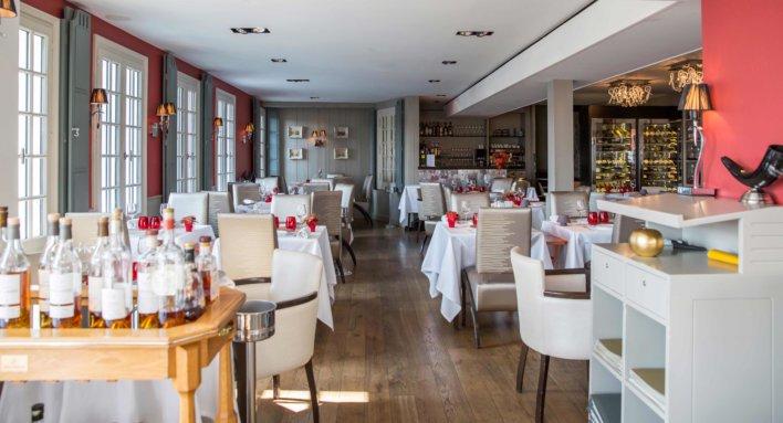 salle de restaurant chaise blanche et bar à vin