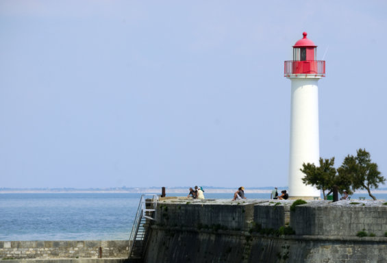 Phare au bout d'une digue