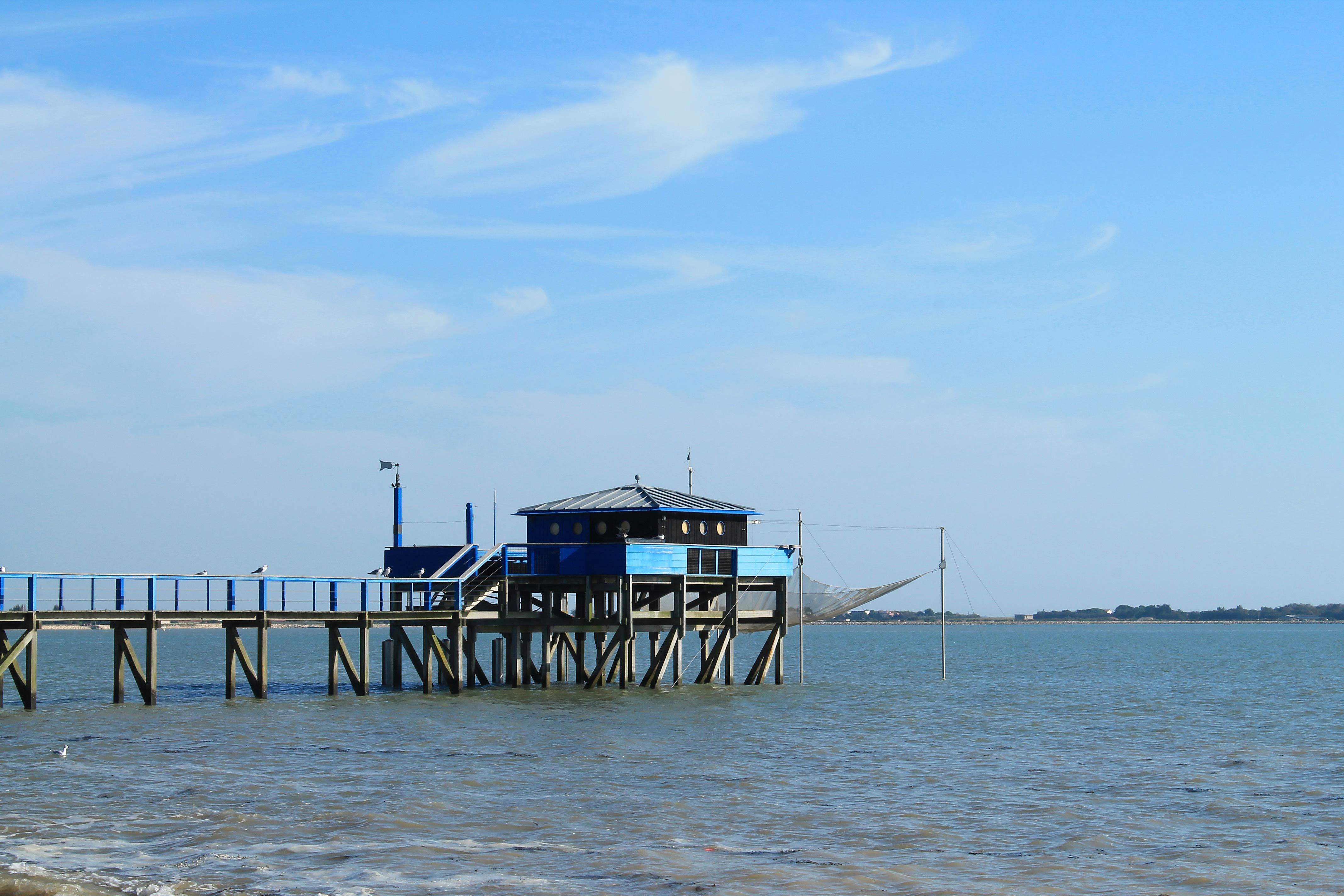 ponton avec cabane typique de la pêche au cerrelet