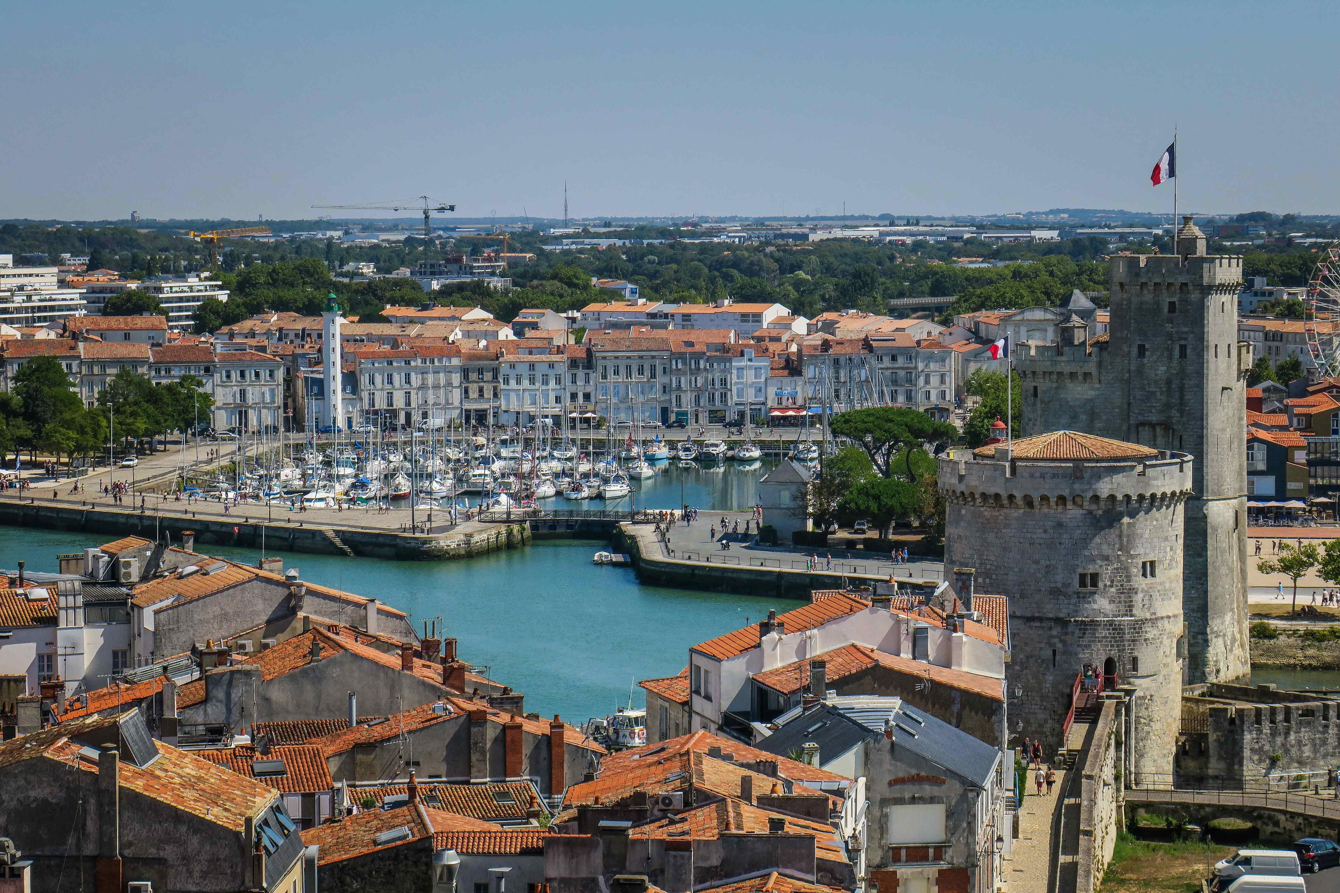 Port de La Rochelle vu de haut avec toit en tuile orangée