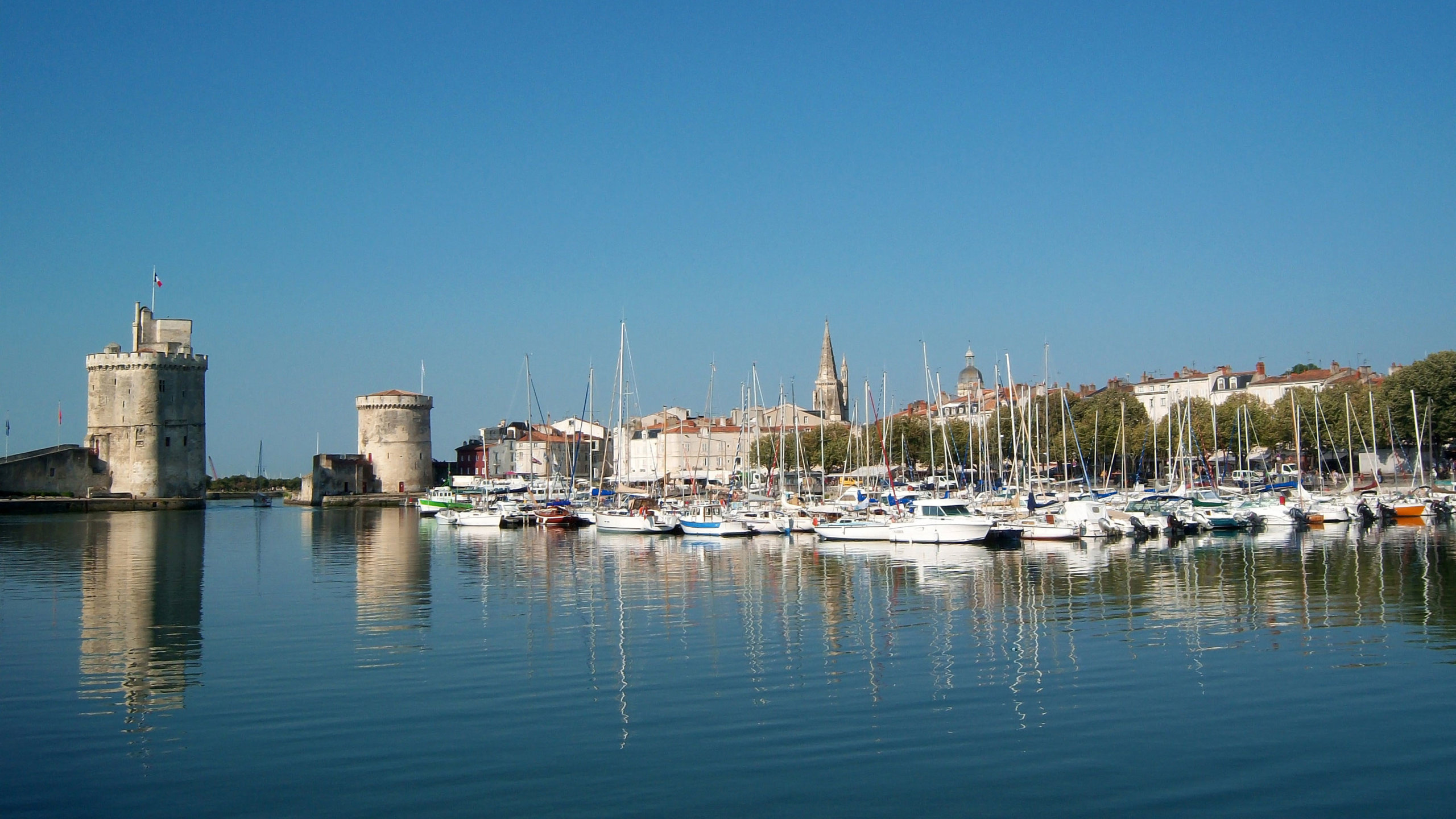 Port de plaisance de La Rochelle avec l'entrée entre les deux tours