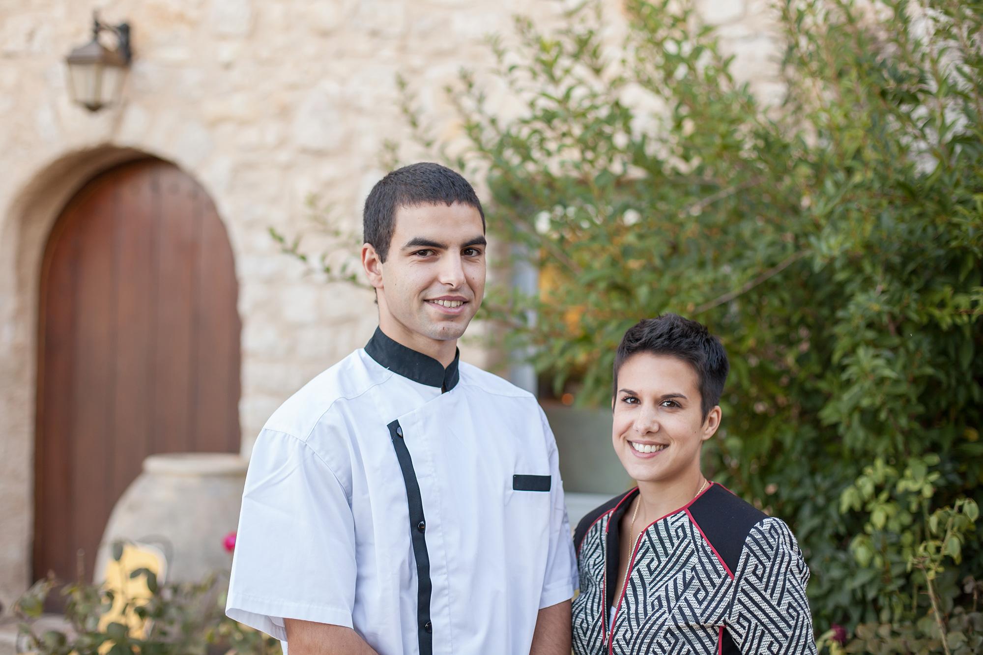 À droite une femme les cheveux courts, brune, à gauche un homme en veste de cuisine