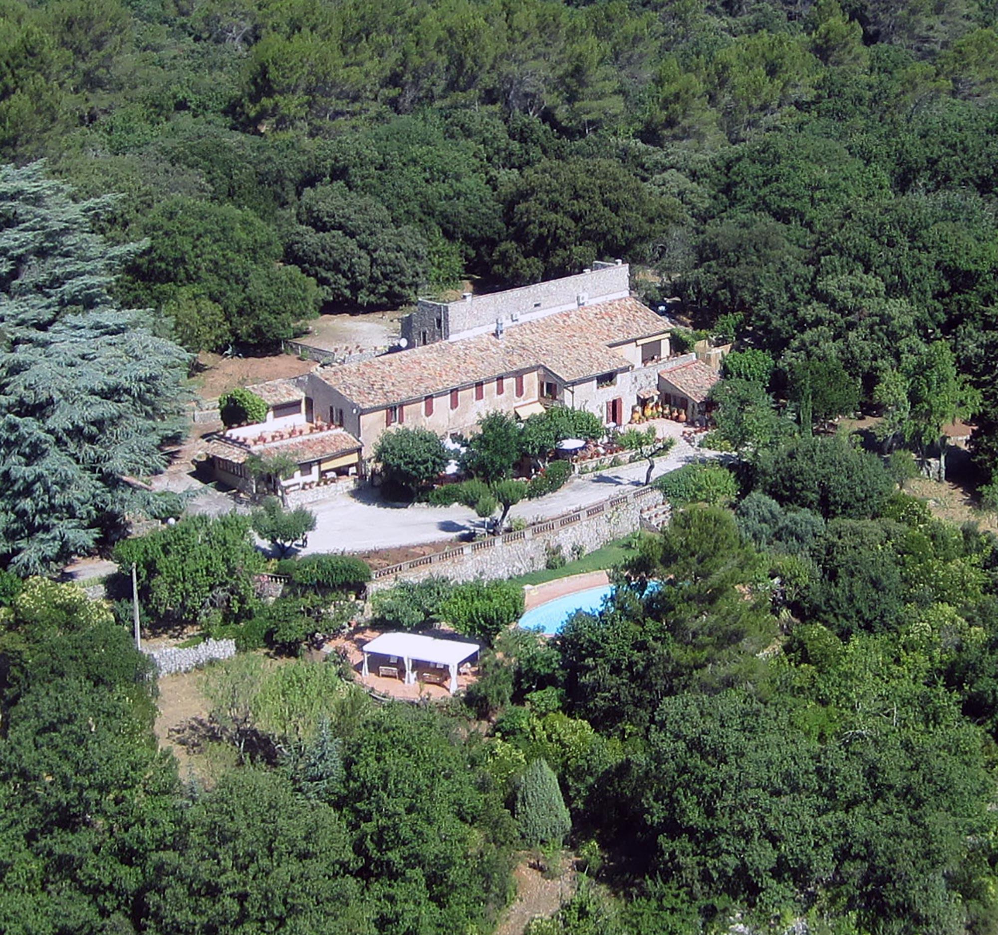 Vue aérienne d'une maison typique de provence au milieu des bois