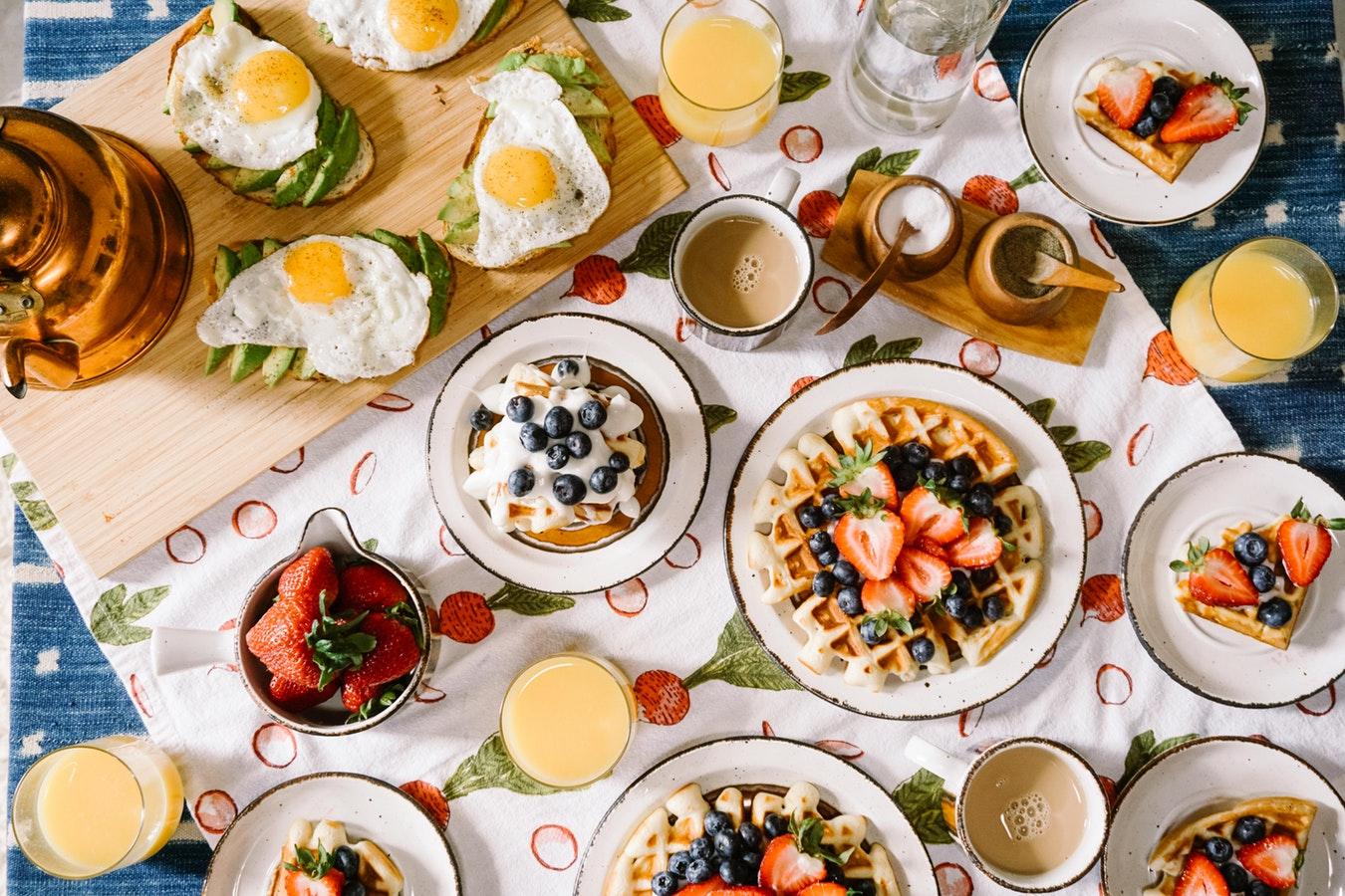 brucnh avec fraise, myrtille gaufres jus de fruits et des oeufs