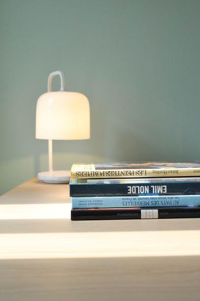 Livre et lampe de chevet