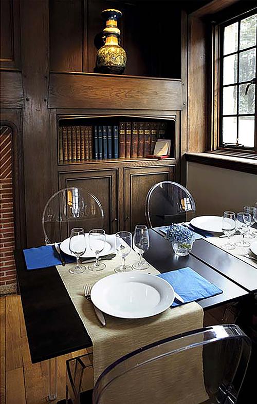 Table dressée pour deux fois deux personnes, meuble ancien en arrière plan