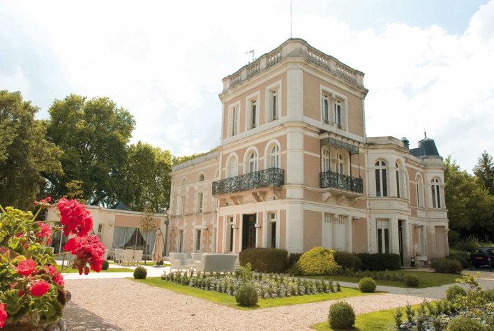 Façade château tourelle et jardin arboré