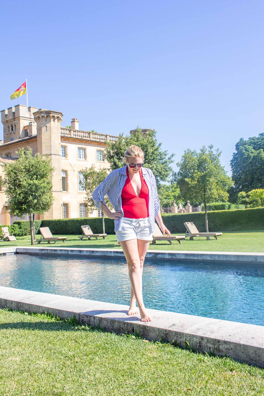 Femme marche au bord d'une piscine extérieure