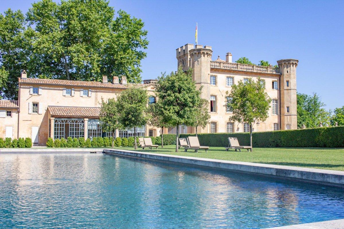 Façade d'une bâtisse typique de Provence avec piscine extérieure