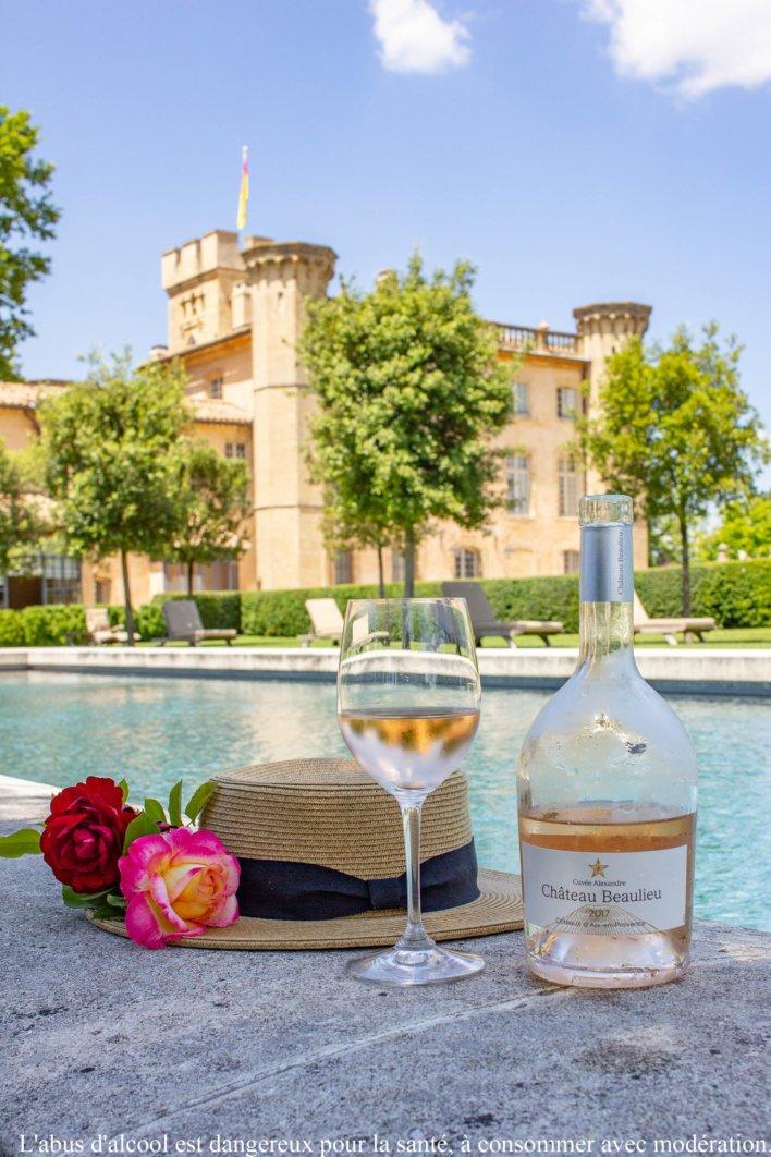 Verre de rosé avec villa provençale en arrière plan