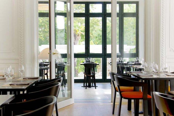 Salle de restaurant avec grandes baies vitrées