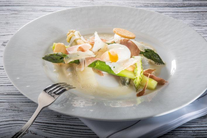 Plat d'œufs et asperge