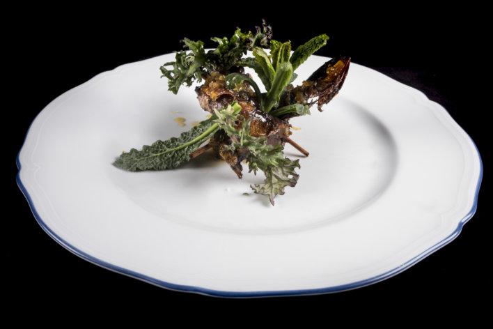 Plat de sardine du lac et salade dans une assiette blanche